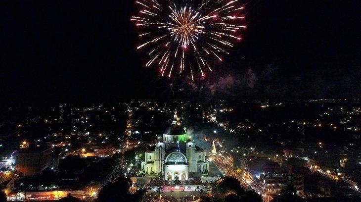 <p>Con fuegos artificiales, los feligreses recibieron el día de la Virgen de Caacupé.</p>