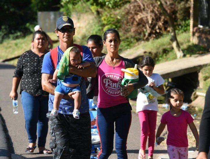 Estos padres realizaron la larga caminata en compañía de sus hijos.