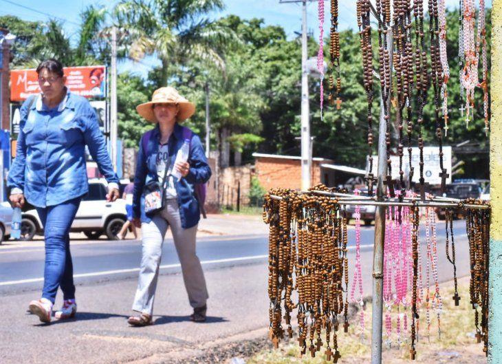 Los rosarios estaban a la venta a lo largo del camino.
