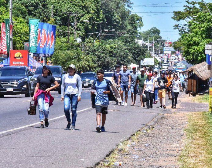 Pese al calor, los feligreses realizaron largas caminatas para cumplir sus promesas.