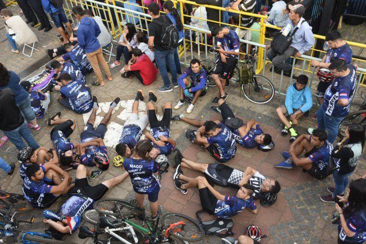 Un grupo de ciclistas frente a la Basílica de la Virgen de Caacupé.