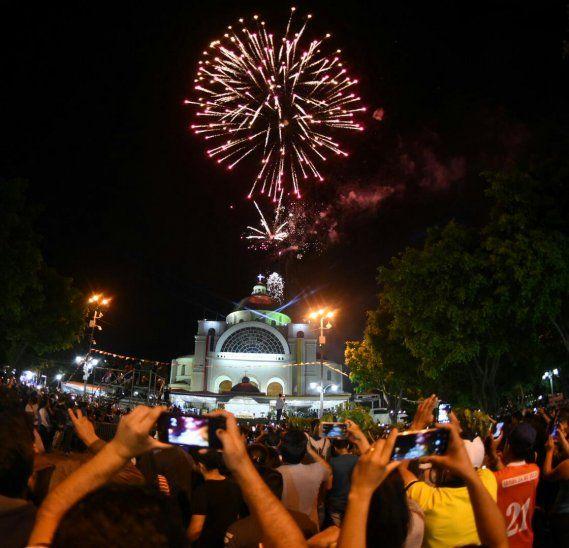Los fuegos artificiales resplandecieron a la medianoche del 8 de diciembre, día de la Virgen de Caacupé.