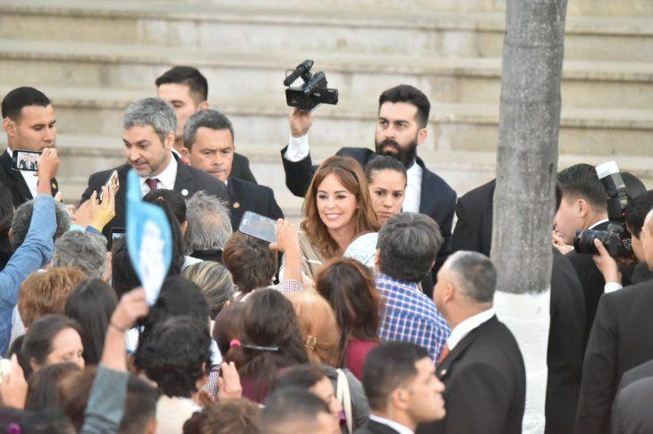 <p>El momento en que el presidente de la República, Mario Abdo Benítez, llegaba para la misa central en compañía de su esposa, Silvana López Moreira.</p>