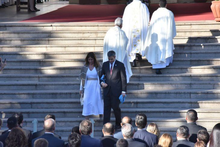 <p>Mario Abdo Benítez y su esposa, Silvana López Moreira, tras saludar a monseñor Ricardo Valenzuela.</p>