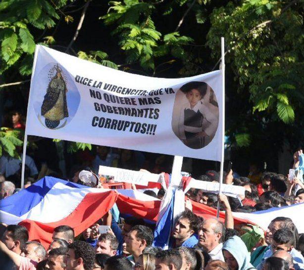 <p>Unpasacalle llevado por un grupo de feligreses a la misa central para exigir el cese de los gobernantes corruptos.</p>