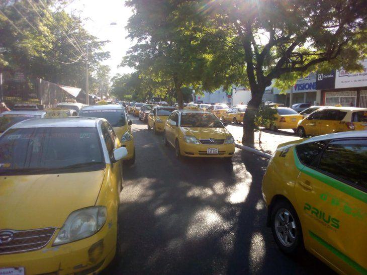 Taxistas agremiados iniciaon la movilización en contra de MUV y Uber.