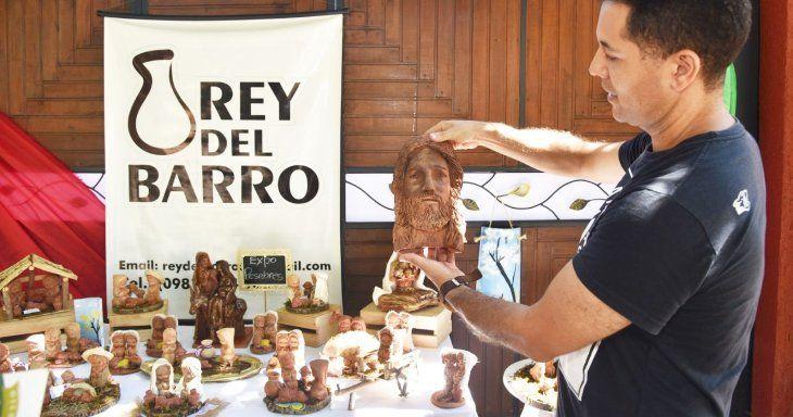 Variedad. Reinaldo  hace tres años monta una expo pesebre frente a su casa con los  miles de diseños del establo navideño.