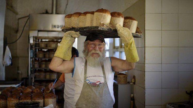 Don Nicolás Martínez tiene la meta de realizar 10.000 panes dulces para donar a familias de escasos recursos en Argentina.
