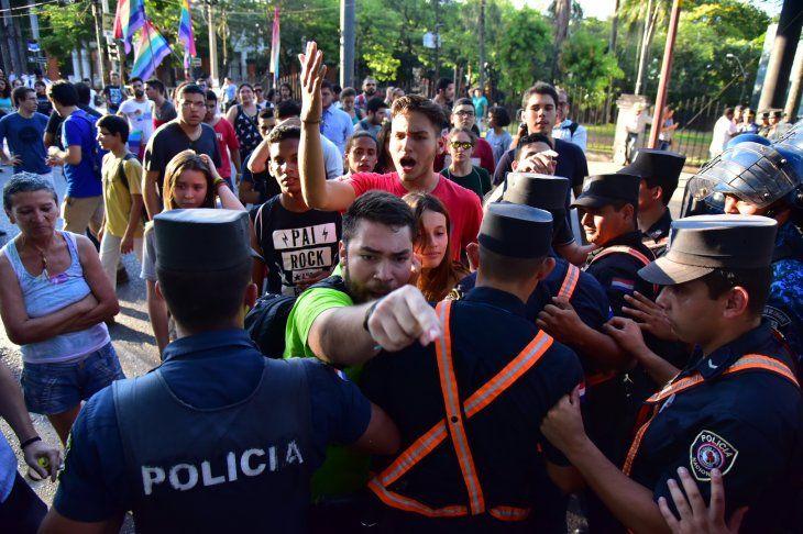 A empujones. Estudiantes secundarios se manifestaron ayer contra el servicio militar obligatorio.