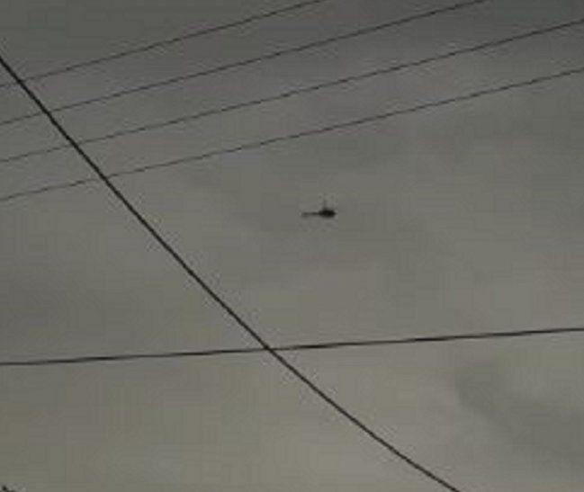 El momento del sobrevuelo del helicóptero fue grabado por un poblador deYpejhú.