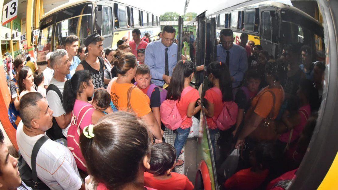 Intenso movimiento en la Terminal de Ómnibus de Asunción