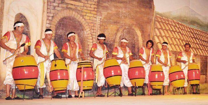 Tambores. Vestidos con sus típicos trajes y coloridos tambores