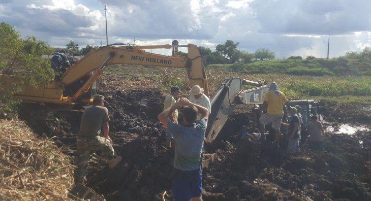 Los esfuerzos para retirar la máquina excavadora del pantano fueron en vano.