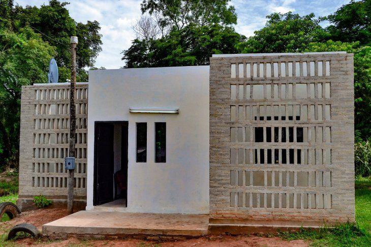 La casa fue edificada con ladrillos de plástico y tiene una apariencia minimalista.