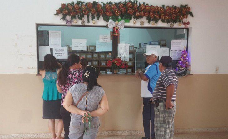En la espera. Muchos pacientes buscan medicamentos desde diciembre