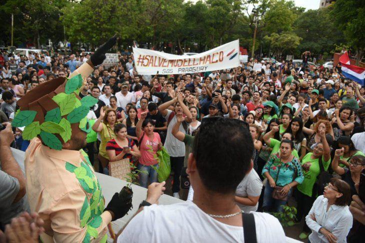 <i>Salvemos al Chaco</i> se denominó la manifestación contra la deforestación en la Plaza de la Democracia.