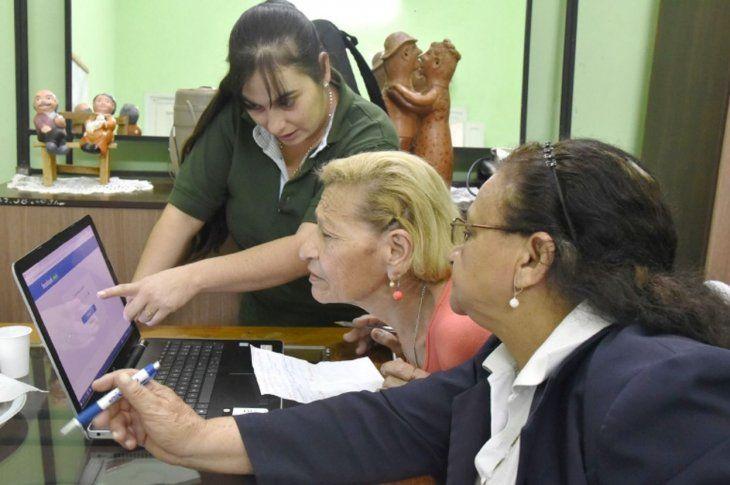 Interés. Las alumnas recibían una atención personalizada para crear cuentas en las redes sociales como Facebook.