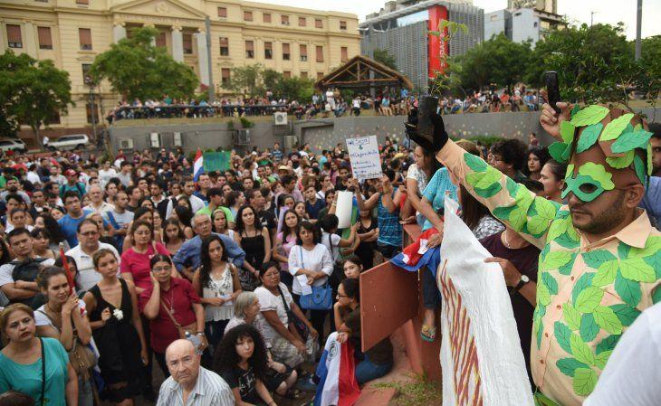 La causa Salvemos el Chaco reunió a más de un centenar de paraguayos en la Plaza de la Democracia.