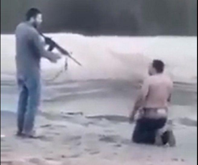 Supuestamente Papo Morales es la persona que apunta con un arma de fuego a un peón de estancia.