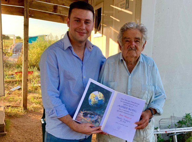 Gustavo Cuevas obsequió a José Mujica un reconocimiento simbólico de Nobel de la Paz.