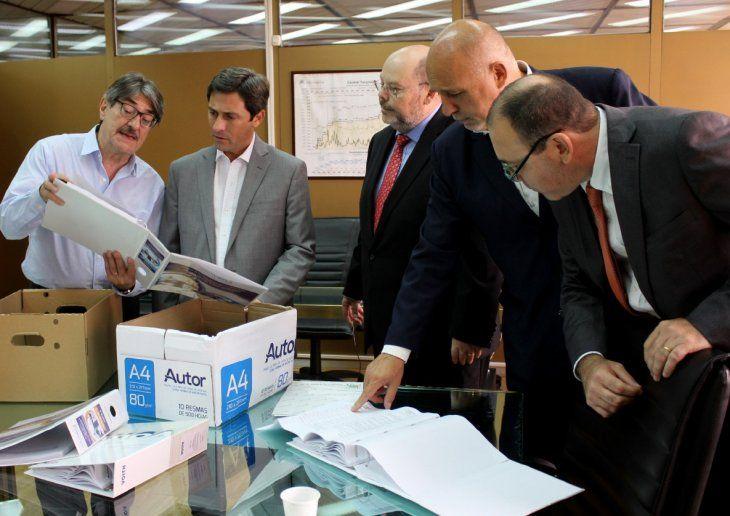 Apertura de sobres. En Buenos Aires estuvo la cúpula de la EBY presenciando el acto.