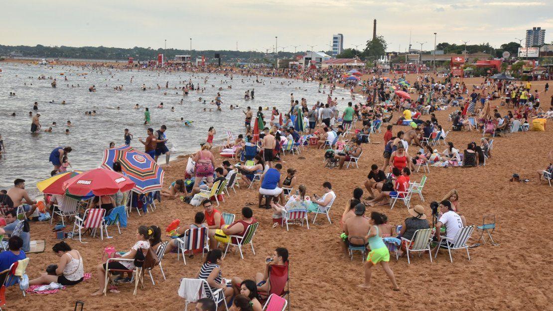 Veraneantes copan playa San José en la Costanera de Encarnación
