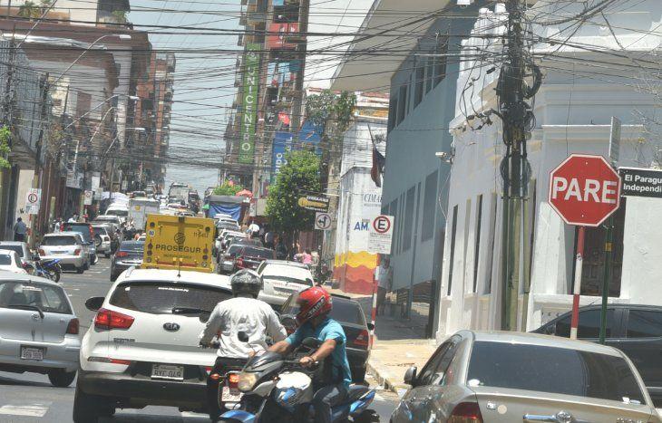 Maraña. Los cables de servicios públicos y privados semejan una telaraña que desluce por completo el paisaje de la ciudad.