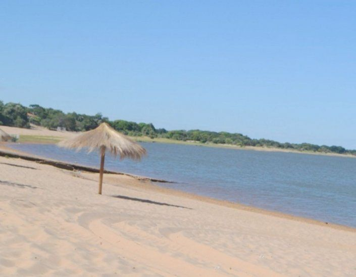 Lago Sirena. Playa de arena blanca de 3 km de longitud.