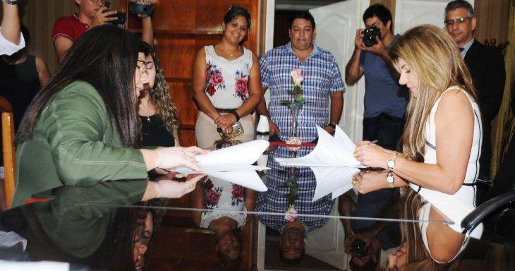 Traspaso. La interventora María Carolina Llanes realizó el traspaso a la intendenta interina Perla Rodríguez de Cabral.