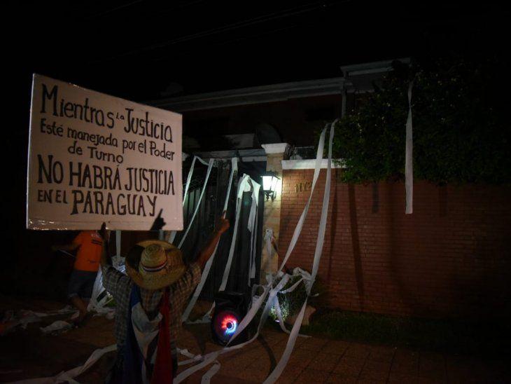 La manifestación tuvo lugar frente a la casa de Enrique Bacchetta en la ciudad de Lambaré.