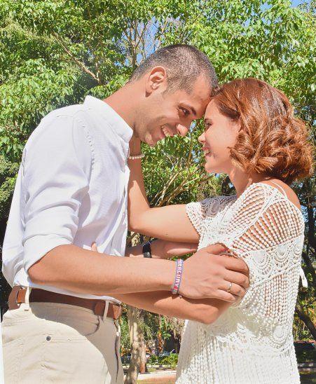 El amor comenzó hace tres años por redes sociales y hoy están casados.