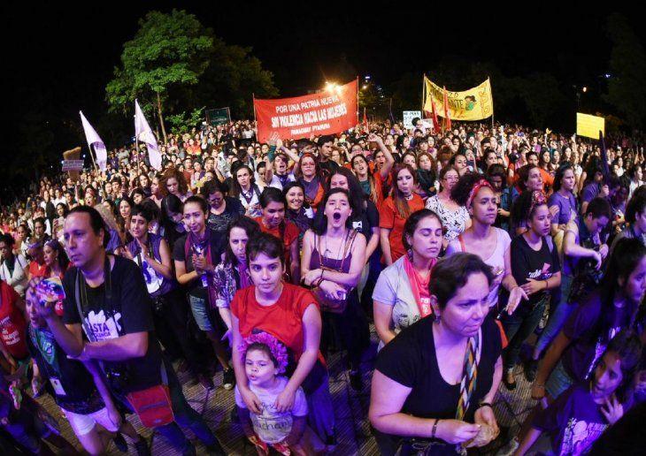 Paro.  Cientos de mujeres marcharon hasta  la Plaza de la Democracia  exigiendo sus derechos.