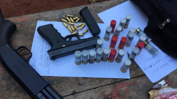 Una pistola y una escopeta fueron halladas en poder del detenido.