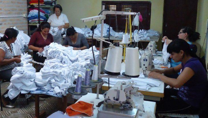 Menos trabajo. El   80% de las mujeres que trabajan en el sector textil sufren por la crisis.