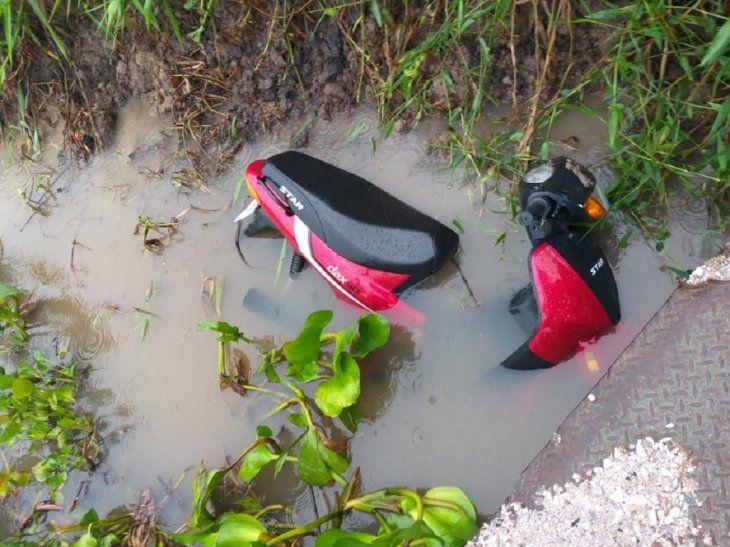 Esta motocicleta fue robada y luego abandonada en la orilla del río Paraguay.