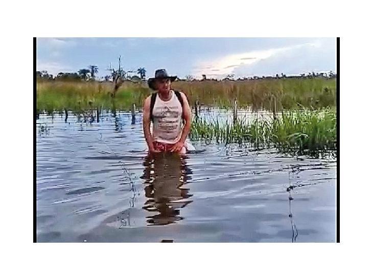 Salida.  Moradores de San Rafael caminan en medio del agua.