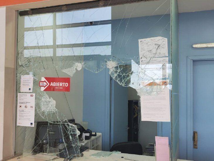 Uno de los delincuentes rompió el blindex del local de cobranza y se apoderó del dinero.