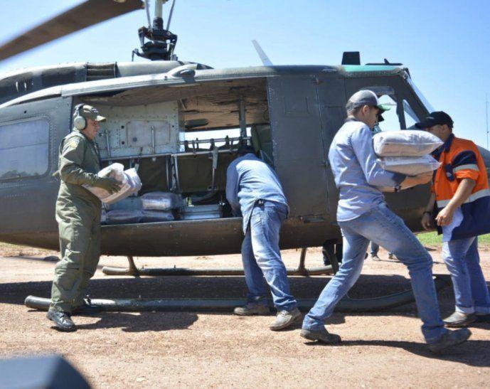 Asistencia. El momento en que llegan vía aérea  las primeras provistas a Paso Barreto.