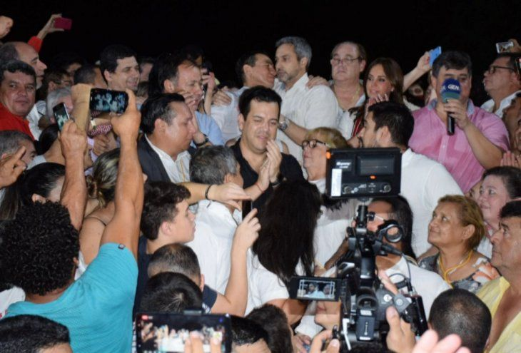 Abrazo republicano. Wilberto Cabañas y Mario Abdo Benítez celebraron anoche la victoria.