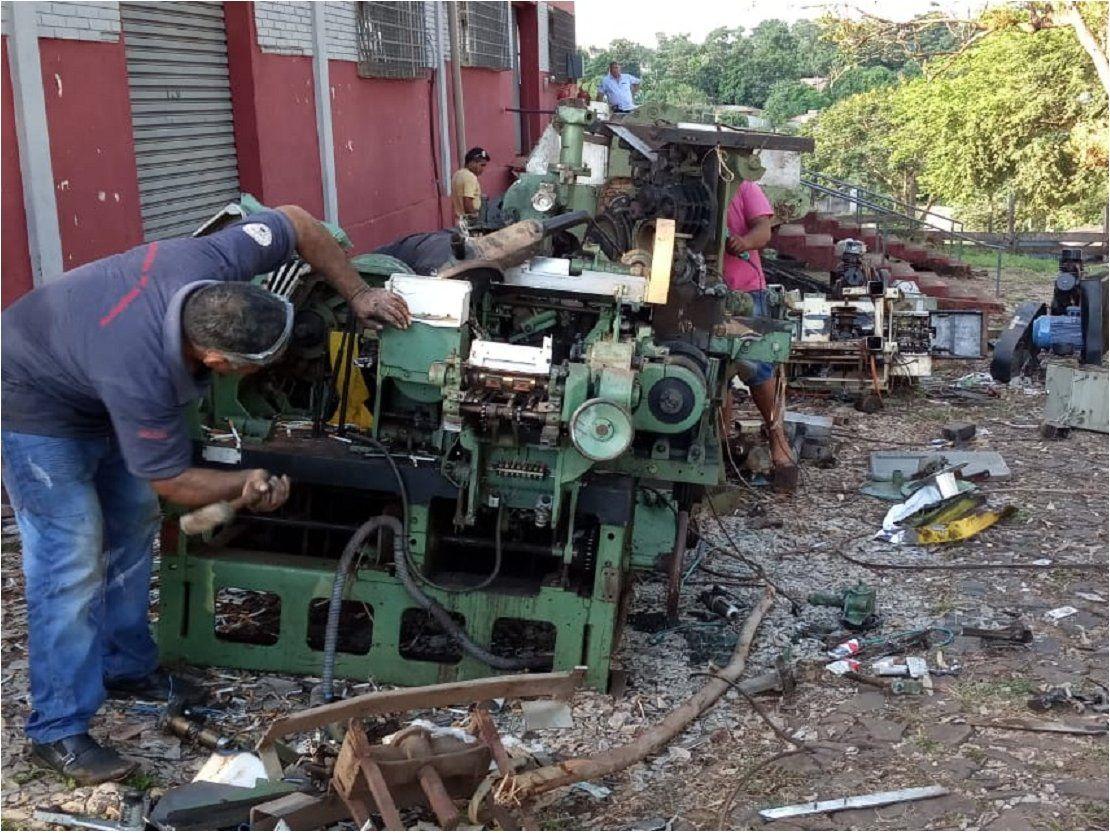 Destruyen máquinas de tabacalera clandestina incautadas hace dos años
