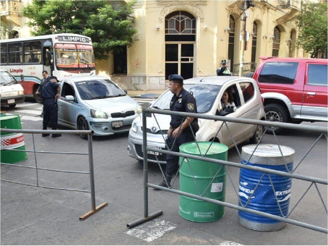 Policía bloquea calles del microcentro ante movilizaciones en Asunción