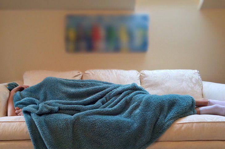La apnea de sueño origina que al dejar de respirar bajen los niveles de oxígeno.