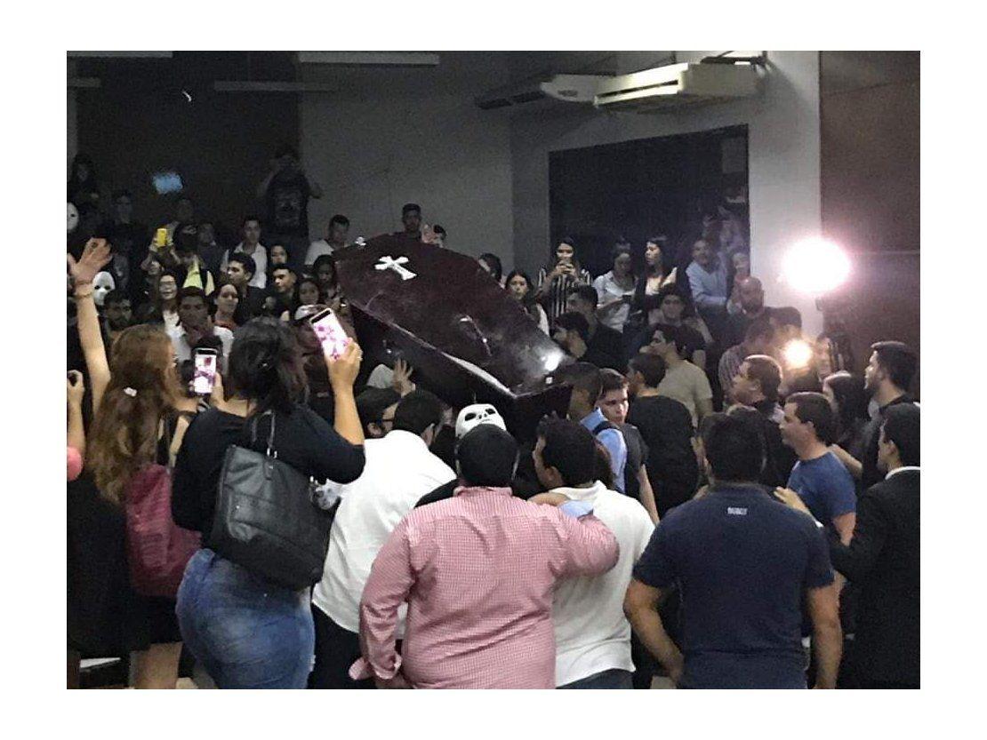 Estudiantes se agarran a golpes en la Facultad de Derecho de la UNA