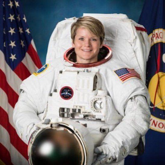Astronautas cambian baterías en la EEI