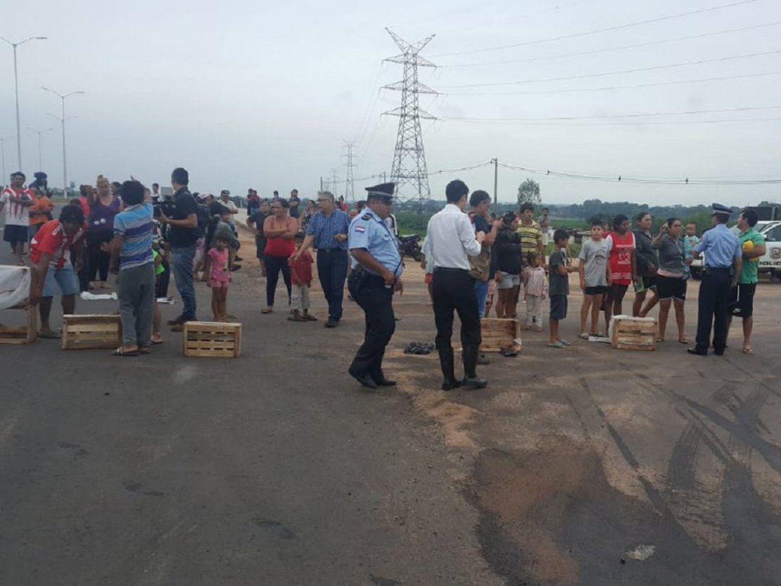 Bañadenses bloquean Costanera Norte y exigen soluciones ante crecida del río