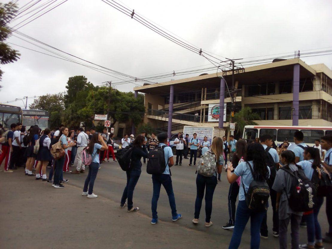 Estudiantes cierran ruta en Fernando de la Mora