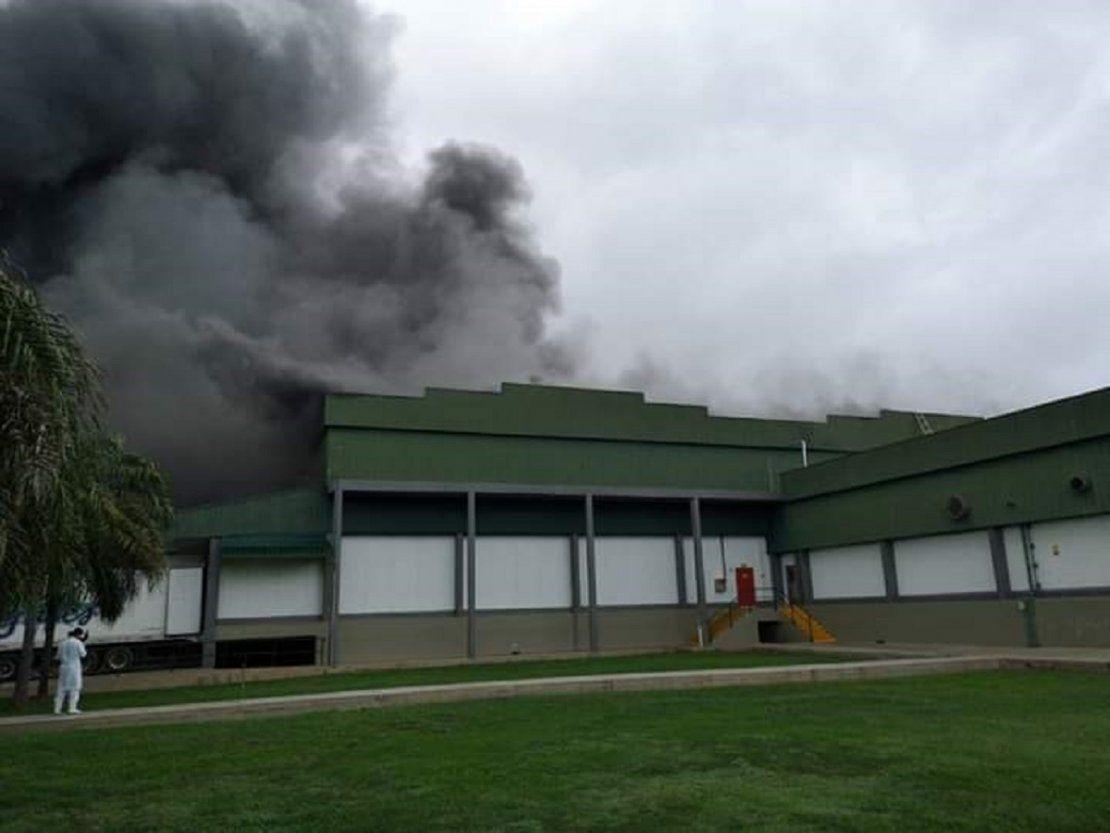 Reportan incendio de gran magnitud en un frigorífico en Loma Plata