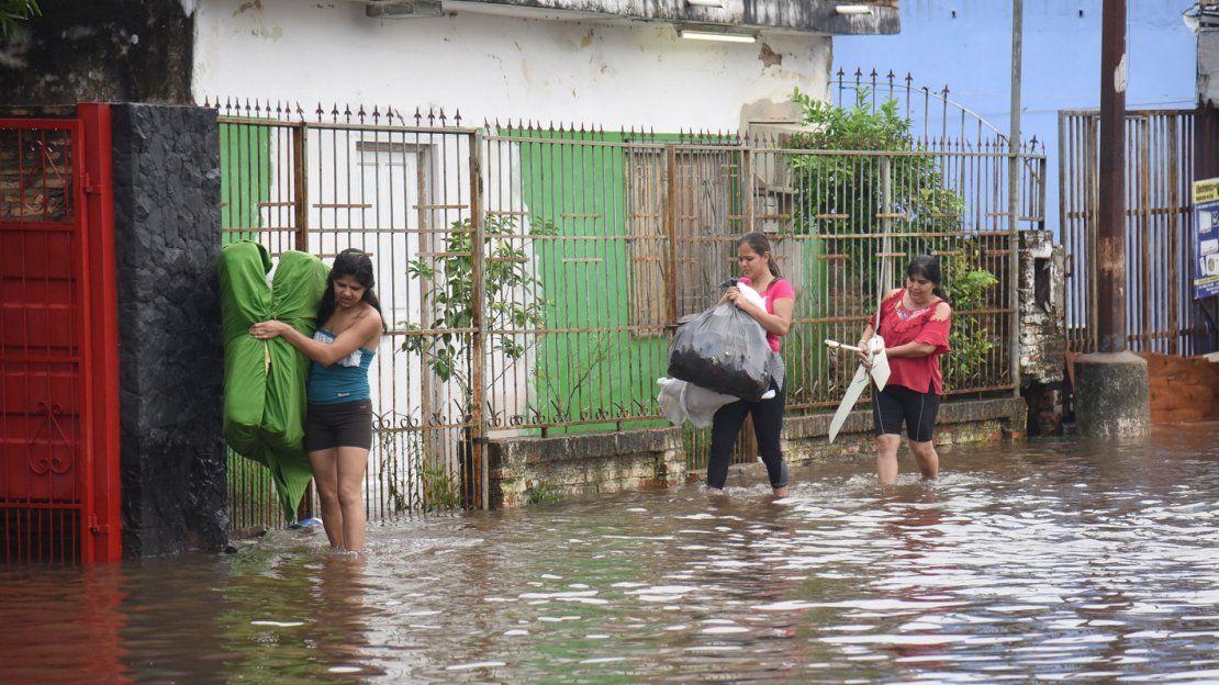 Familias ribereñas abandonan sus hogares tras inundación