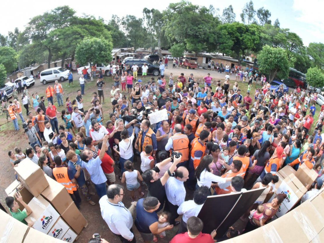 Mario Abdo Benítez visita a damnificados en medio de reclamos