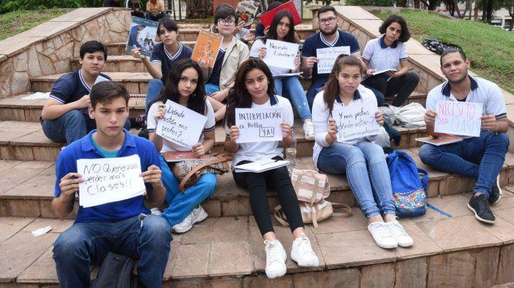 Protesta. Alumnos de  Fenaes simularon dar clases frente al Congreso por falta de rubros.